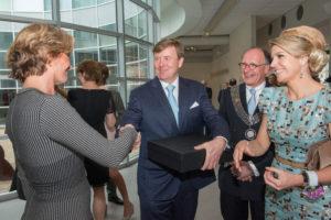 #koning #Willem alexander en #koningin #Maxima ontvangen in het #Cobra Museum het #koningsdamast ontworpen door #Margot #Berkman in aanwezigheid van #Errol van de werdt van het #textielmuseum #tilburg